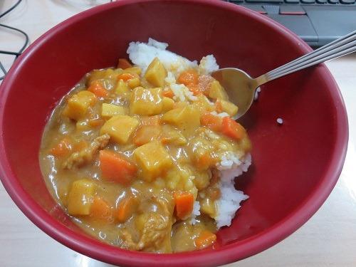 (写真3)ハウス食品の「味嘟嘟」、普通のレトルトカレーよりも黄色い