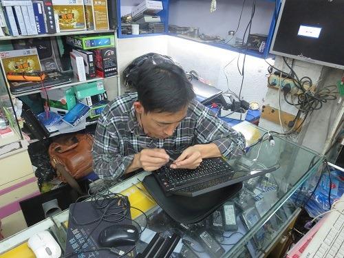 (写真5)街のパソコン屋さん、ピンセットのようなもので修理する