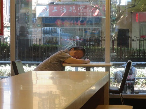 (写真5)上海市内のケンタッキーには50代、60代のオバちゃんが多い