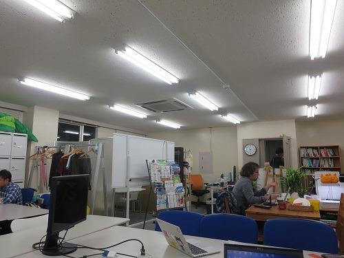 (写真2)明るい雰囲気のオープンオフィスという雰囲気、ドリンクも無料