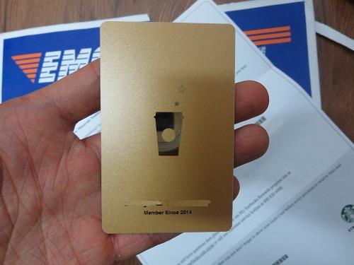 (写真3)ゴールドカードには名前が印字されている