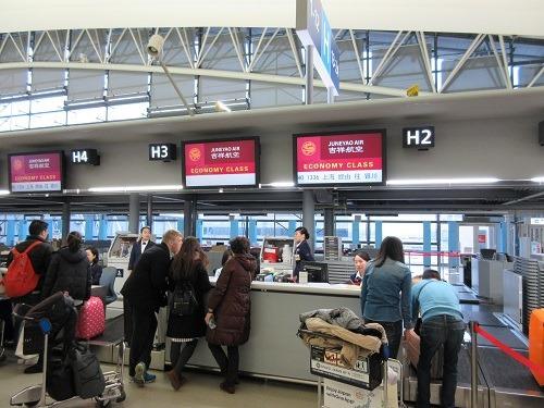 (写真2)日本航空(JAL)のスタッフが吉祥航空のチェックイン作業をしている(関空)