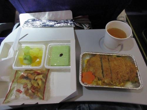 (写真4)吉祥航空のエコノミークラスの機内食、メインはカツ丼(機内)
