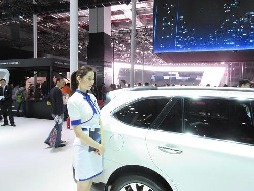 (写真3)中国メーカーの展示車のとなりに立つ女性コンパニオン