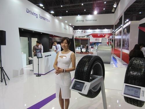 (写真6)女性コンパニオンを配置しているタイヤメーカー