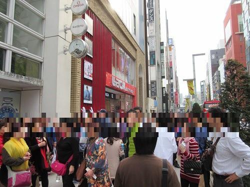 (写真1)ラオックス(東京・銀座)前は中国人旅行客でにぎわう