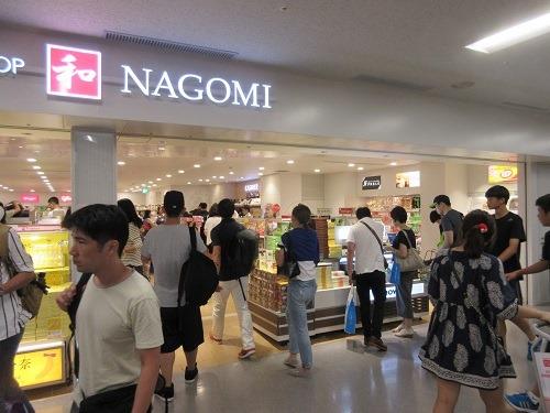 (写真2)出国審査場を過ぎたところにあるお土産用ショップ(関西空港)