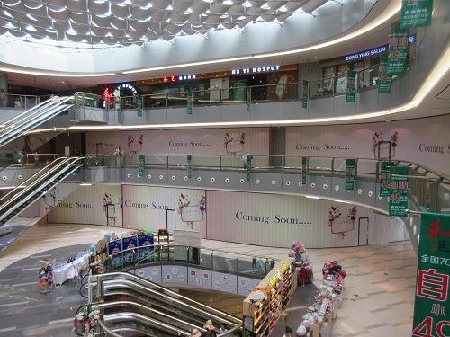 (写真4)空きテナントが目立つショッピングセンター、いまも営業継続中(上海市)