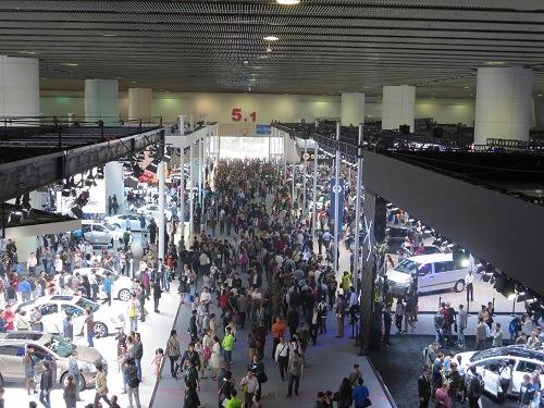 (写真1)モーターショーの会場の様子、たくさんの来場者でにぎわう(広州市)