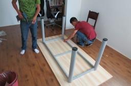 (写真1)感覚的にテーブル脚の場所を決めているので、注意が必要。