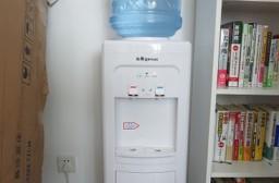 (写真1)自宅に設置したウォーターサーバー、「農夫山泉」を購入