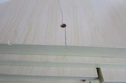 (写真1)ひびが入ったテレビ台の板、梱包はしっかりされていたが・・