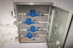 (写真1)上から3つ目が自宅の元栓、日本ではほとんど触らない