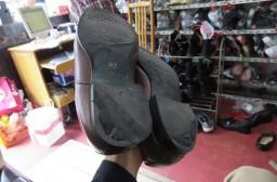 (写真1)修理する前、靴底のヒール(かかと)が擦り切れてしまっている