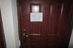 (写真1)部屋の扉に張られた「通知」と書かれた張り紙