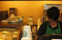 (写真1)この店ではショートサイズのカップは店員の後ろ側に置かれている