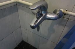 (写真1)蛇口のレバー部分から漏水している浴室の蛇口
