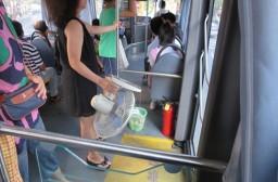 (写真1)扇風機を片手にもつ中国人の女性(上海市内)