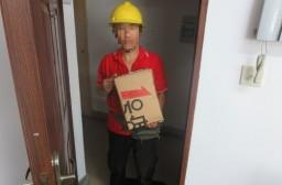 (写真1)ネット通販1号店の配達員、1号店は独自の配送網を構築している