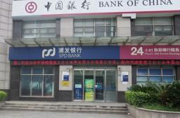 (写真1)中国の銀行窓口は10年前に比べるとサービス精神にあふれている