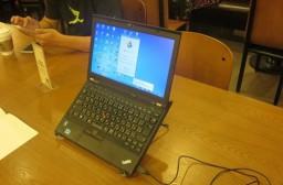 (写真1)購入したノートパソコン用スタンド、画面が高くなる