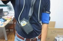 (写真1)「24時間自由行動下血圧測定」(ABPM)の機器装着の様子