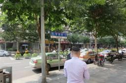(写真1)上海市静安区の仲介会社、徒歩で物件見学