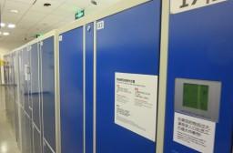 (写真1)IKEAにはかならず設置されている青色の自動式ロッカー