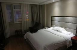(写真1)安騰精品酒店の部屋の様子、大きなダブルベッドがある