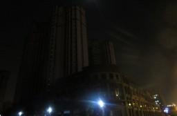 (写真1)高層マンションの部屋のなかには電気がついていない