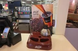(写真1)朝10時半まで設置されているコーヒーの「おかわり無料」セット