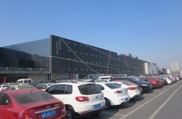 (写真1)超巨大な革製品専門のショッピングモール「海寧皮革城」