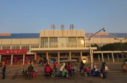(写真1)普通列車が停車する海寧駅、けっこう古くなっている(海寧市)
