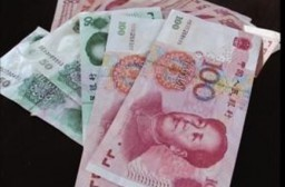 (写真1)偽札の多い中国人民元の100元札と50元札