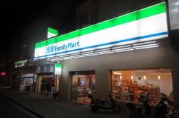 (写真1)日本でお馴染みのファミリーマートの店舗デザイン