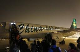 (写真1)搭乗中の上海春秋航空、機体や設備はあたらしい(上海浦東国際空港)
