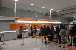 (写真1)混雑するジェットスターのチェックインカウンター(関西空港2階)