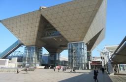 (写真1)日本ではめずらしいユニークな建築デザイン(東京ビックサイト)