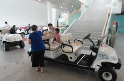 (写真1)深セン空港内の移動で活躍するバッテリーカー