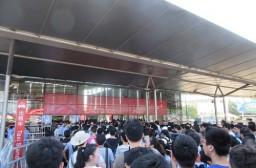 (写真1)チャイナジョイの会場に入る来場者、若者であふれかえる