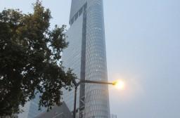 (写真1)南京市のトレードマークになっている紫峰大厦(南京市鼓楼区)