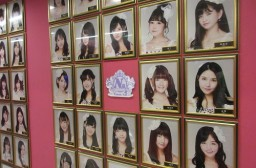 (写真1)SNH48のメンバーたち、上海の専用劇場で毎週公演が行われる