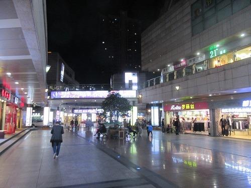 (写真2)低価格なアパレルショップや飲食店が集まる歩行者天国(常州市)
