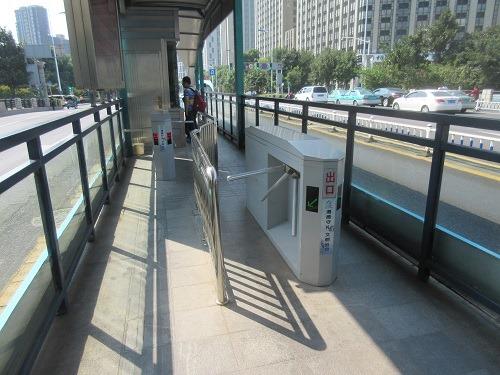 (写真2)常州市のBRT改札口に設置されている機械(江蘇省・常州市)