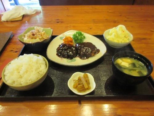 (写真6)「一番ラーメン」のハンバーグ定食(江蘇省・常州市)