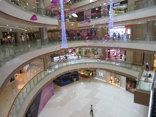 (写真2)中国では吹き抜け型のショッピングモールが人気(江蘇省・常州市)
