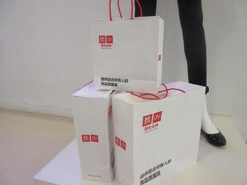 (写真6)吾衣坊(Orin-V)の紙袋、ユニクロのものに類似している