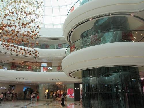 (写真2)吹き抜け設計の万達広場(東莞市東城店)、明るい店内