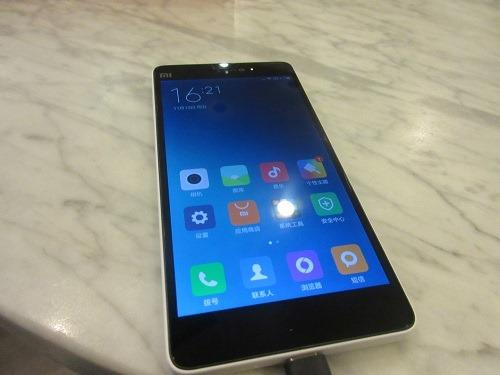 (写真5)すべての通信規格に対応しているスマートフォン(小米4c)