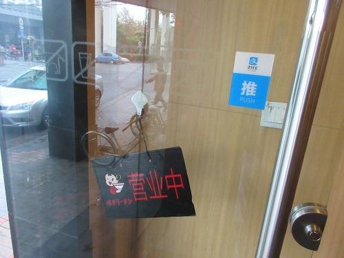 (写真3)支付宝が導入されている店舗では目印(シール)が貼られている(上海市)